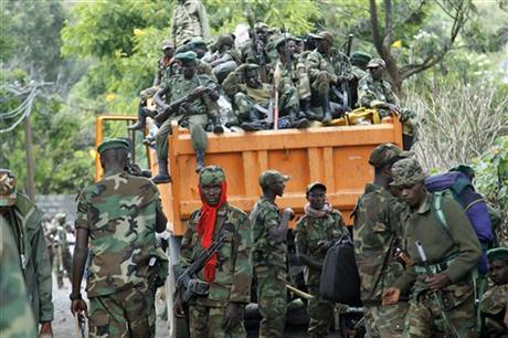1. Un camion carico di ribelli del gruppo M23 si allontana da Goma. Sabato 1 dicembre 2012. Le forze stimate del gruppo sono circa 1.500. I ribelli hanno tenuto la città dal 20 novembre al 1 dicembre 2012. (Fonte: AP Photo/Jerome Delay).