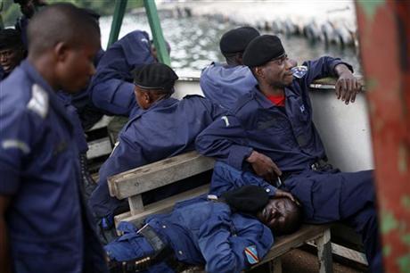 4. I poliziotti inviati a bordo di una lancia alla notizia del ritiro dei ribelli scoprono una volta attraccati al porto di Goma che la partenza è rimandata. E allora aspettano il da farsi. Venerdì 30 novembre 2012 (Fonte: AP Photo/Jerome Delay).