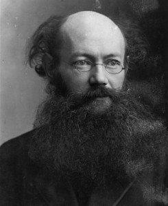 Pëtr Kropotkin (1842-1921). Pensò per la futura società anarchica una formula economica vicina a quella della teoria comunista. Fu infatti un esponente dell'anarco-comunismo o comunismo libertario. (Fonte: www.sarahjyoung.com)