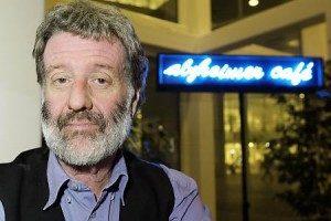 Bere Miesen davanti all'Alzheimer Cafè di Leida (Fonte: alzheimer-nederland.nl)