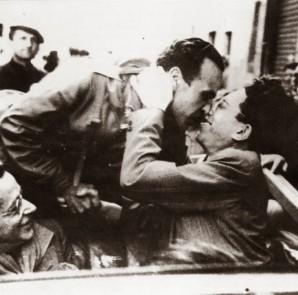 Pietro Secchia dopo la Liberazione; per il biellese, un periodo di grandi speranze che si risolse presto in un'amara delusione. Alla sinistra della foto si può notare Palmiro Togliatti.  (Fonte: www.cedocsv.blogspot.com)