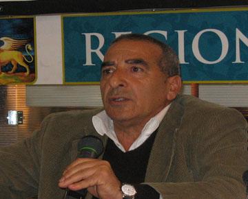 Fiorì Palmeri, autore del libro. Messinese di Patti, abita a Schio da 45 anni. E' stato insegnante di lettere, giornalista, consigliere comunale. (Fonte: www.lapiazzaweb.tv)