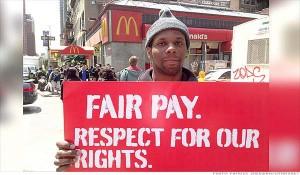 Un lavoratore di fast-food protesta davanti ad un McDonald's. (Fonte: clashcityworkers.org)