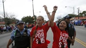 Due donne vengono fermate durante le proteste. (Fonte: dirittiglobali.it)