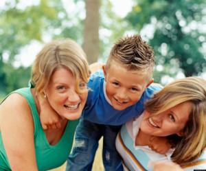 Due mamme e un figlio (fonte: huffpost.com)