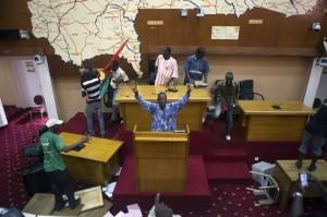 Manifestanti irrompono in Parlamento