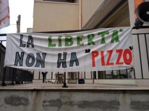 Striscione esposto a Reggio Calabria in supporto di Bentivoglio. (Fonte: cn24tv.it)