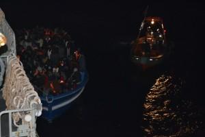Alcuni migranti vengono salvati durante le operazioni della missione Triton. Il primo compito della missione rimane comunque il pattugliamento dei confini. (Fonte: www.frontex.europa.eu)