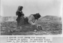 Giovani armene piangono una familiare deceduta